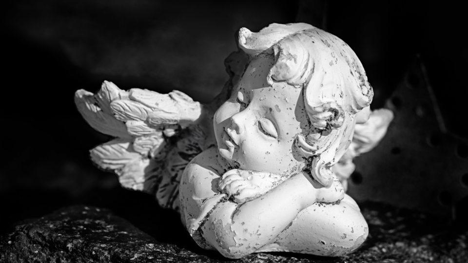 Engelchen mit abblätternder Farbe
